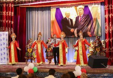 Во Дворце культуры г. Истиклол (Табошар) прошёл праздничный концерт, приуроченный ко Дню России